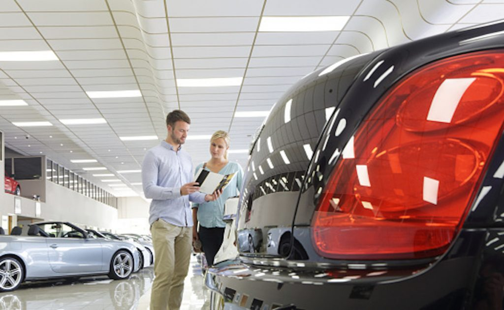 Getty / Concesionario de vehículos.