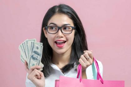 Foto ilustrativa de compras en dólares. Precio del dólar baja en Colombia.