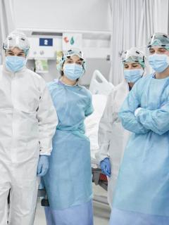 Imagen de doctores durante la pandemia para ilustrar nota sobre día del médico e historias relacionadas con coronavirus