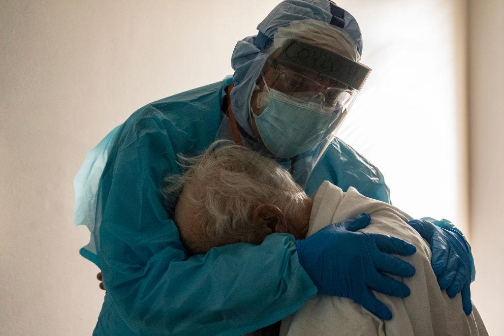 Foto viral de médico abrazando a anciano con <a href=