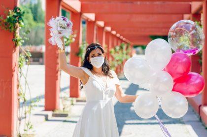 Mujer vestida de novia con tapabocas, ilustra nota de joven con coronavirus que se casó de ingeniosa manera