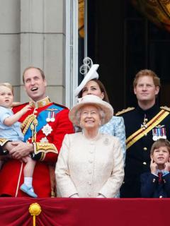 Imagen de familia real británica para ilustrar nota sobre fortuna de la Reina Isabel II y la realeza