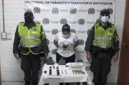 Captura de Viviana López Calle, con armas en un bus, que sería la pareja de 'Rodrigo Granda'