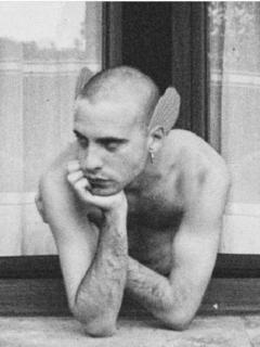 """Manel de Aguas, quien se considera """"transespecie"""" y cíborg, se implantó dos aletas de silicona en el cráneo."""