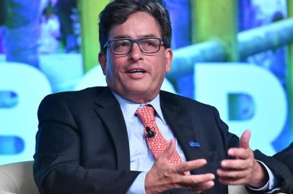 Alberto Carrasquilla, ministro de Hacienda, quien no descarta la posibilidad de que se debe pagar solo el 80 % del salario mínimo para combatir el desempleo.