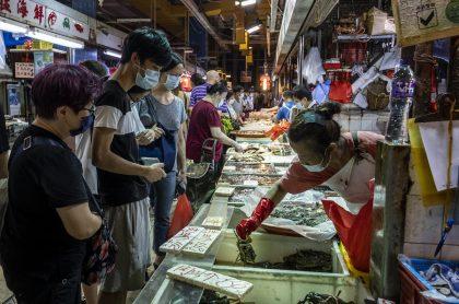 Mercado humedo en China, que ahora culpa a alimentos congelados como origen del COVID-19.