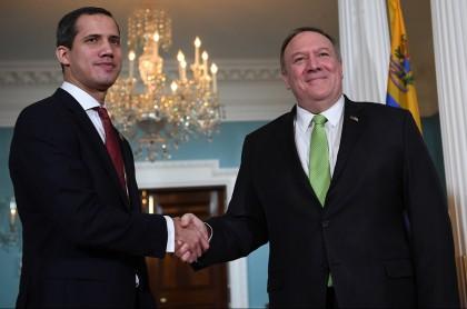 El secretario de Estado de los Estados Unidos, Mike Pompeo, le da la mano al líder de la oposición venezolana, Juan Guiado (izq.), Durante una reunión en el Departamento de Estado el 6 de febrero de 2020 en Washington, DC.