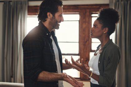 Foto de novios discutiendo, ilustra nota de mujer que demandó a novio por no pedirle matrimonio en 8 años de relación