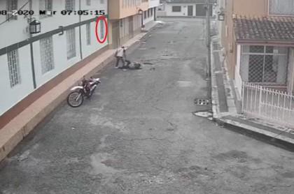 Imagen de la salvaje agresión a una mujer en una calle en Popayán