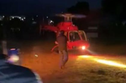 Imagen del momento en que el empresario del tequila, Jorge Casillas, se acerca al helicóptero que lo impactó