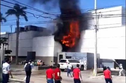 El incendio ocurrió en el área en donde descargan mercancías para el supermercado SAO de la 93 en Barranquilla