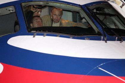 Dmitry Medvedev (i) y Vladimir Putin, hace años en una revisión de aeronaves rusas.