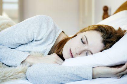 Mujer durmiendo para ilustrar nota sobre significado de los sueños