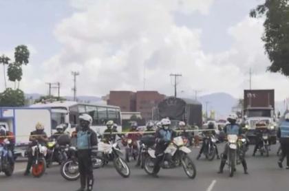 Imagen de funcionarios de Movilidad Bogotá que cerraron la calle 13 hacia el occidente a la altura de la avenida Ciudad de Cali