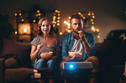 Pareja viendo película para ilustrar nota sobre las mejores películas de 2020
