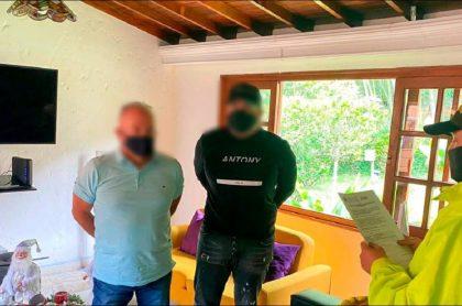 Capturas de John James Pulgarín, alias 'Servi' (de negro) y José Rubén Contreras, alias 'Palomo', señalados narcotraficantes.