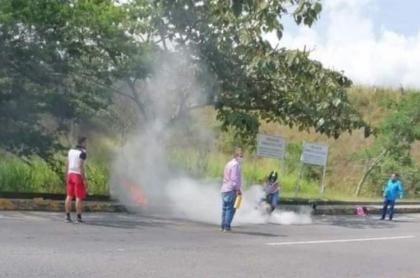 Momento en que conductores tratan de auxiliar al hombre que se prendió fuego en una vía de Ibagué