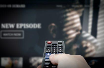Persona con control de televisor para ilustrar nota sobre las mejores series de 2020