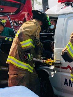 Imagen del momento en que bomberos rescatan a dos personas atrapadas en la ambulancia, que chocó con un bus de Transmilenio en Kennedy