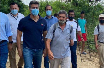 Leopoldo López estuvo en la trocha 'el Platanal' visitando a compatriotas  que viven allí en precarias condiciones