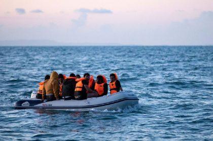 Imagen de referencia de migrantes en una balsa, como los que naufragaron este fin de semana entre Venezuela y Trinidad y Tobago.