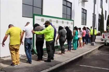Imagen de la captura de los presuntos integrantes de una banda dedicada a cometer robos a clientes de bancos, y en la que cayeron un funcionario de Migración y otro de Fiscalía
