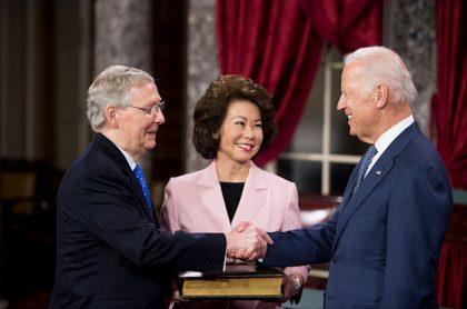 Foto del 2015 que muestra a Mitch McConnell (i) y el entonces vicepresidente de EE. UU., Jode Biden.