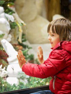 Niño viendo juguetes para ilustrar nota sobre la historia del villancico 'Mamá, ¿dónde están los juguetes?'