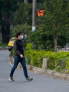 Jóvenes tienen más riesgo de morir por COVID-19 en Latinoamérica. Joven caminando en Colombia.