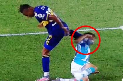 Sebastián Villa manda el pie a la cara de un rival con Boca en Libertadores.