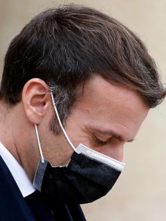 Emmanuel Macron usaba el tapabocas juiciosamente.