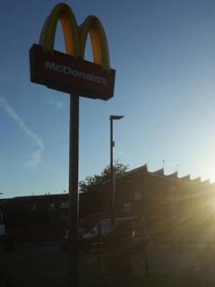 Un McDonalds, de donde policías dejaron escapar a sospechoso por comprar hamburguesas