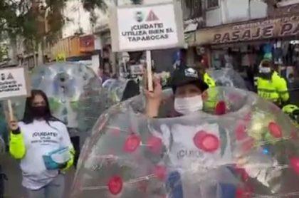 SanVictorino: con bolas gigantes buscan evitar aglomeraciones