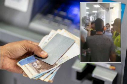 Imagen del joven agredido cuando retiraba dinero de un banco escoltado por policías, pues lo confundieron con un ladrón