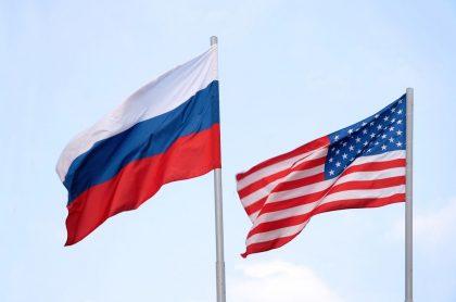 Banderas de Rusia y Estados Unidos, que cerraría sus últimos consulados en el país euroasiático.