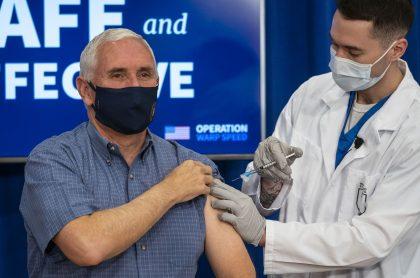 Mike Pence, vicepresidente de EE. UU., poniendose la vacuna contra COVID-19.