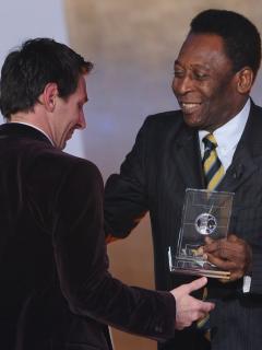 Lionel Messi (izq.) recibe de manos de Pelé el premio FIFA / FIFPro World XI, el 9 de enero de 2012, en Suiza. Esté sábado, el argentino igualó el récord de Pelé como máximo anotador para un mismo club.