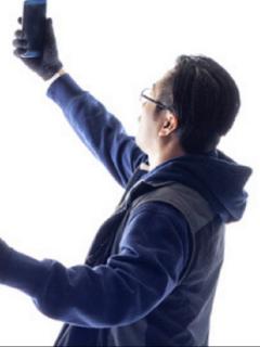 Hombra tomándos selfi ilustra artículo Murió biólogo al caer a precipicio, por tomarse una selfi