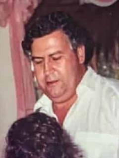 Victoria Eugenia Henao, quien confesó si tiene novio y contó la verdad de su relación con paramilitar Fidel Castaño, en una vieja foto con su esposo Pablo Escobar.