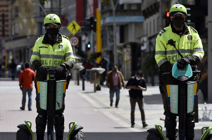 Policías en Bogotá, multa por violar toques de queda en Colombia durante este fin de añ