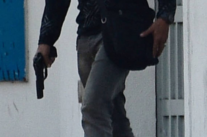 Periodista de Q'Hubo, herido por ataque a bala en Cali. Imagen de referencia de un hombre armado.