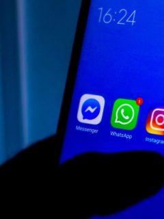 Foto de celular ilustra nota sobre los teléfonos que tendrán Android 11 en 2021