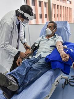 ¿De qué enfermedades mueren hombres y mujeres en Colombia? / Hombre en un hospital en Colombia.