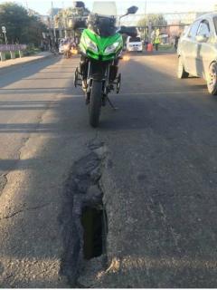 Hueco denunciado por un motociclista en Bogotá.