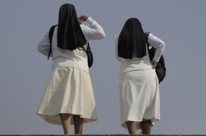 Monjas (imagen de referencia), respecto a la noticia de que un sacerdote y monja mataron a una religiosa que descubrió su relación amorosa.