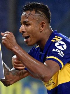 Dedicatoria de Sebastián Villa luego de su gol con Boca Juniors en Copa Libertadores. Fotomontaje: Pulzo.