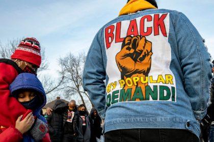 Una nueva muerte de un ciudadano negro en condición de indefensión a manos de un policía revive la indignación de 'Black lives matter' en Estados Unidos.