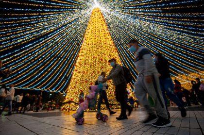 Un árbol de navidad en Bogotá, Colombia, durante la pandemia de COVID-19.