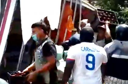 Saquean camión de cerveza volcado en Santander de Quilichao, Cauca.