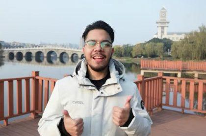 Julián Vélez, quien prefiero permanecer en el primer epicentro de la pandemia, afirmó que en Wuhan vive tranquilo y que el COVID-19 está controlado.